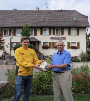 Berthold Gutmann spendet den Spielball