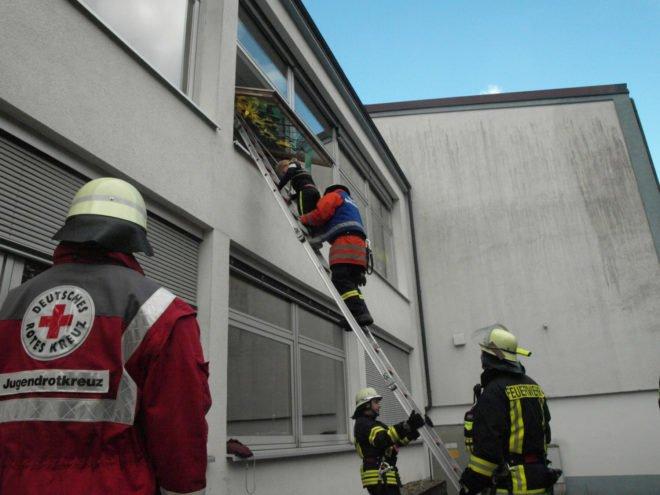 Herbstübung der Feuerwehr an der Brandenkopf-Schule: Rote oder grüne Kartons an den Fenstern der Klassenzimmer sind sehr hilfreich