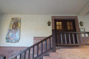 Durch die Eingangstür des Kapuzinerklosters werden Bruder Markus und Bruder Berthold noch oft gehen. Seit dem 1. Advent sind sie als Guardian und als Leiter der Wallfahrt tätig.