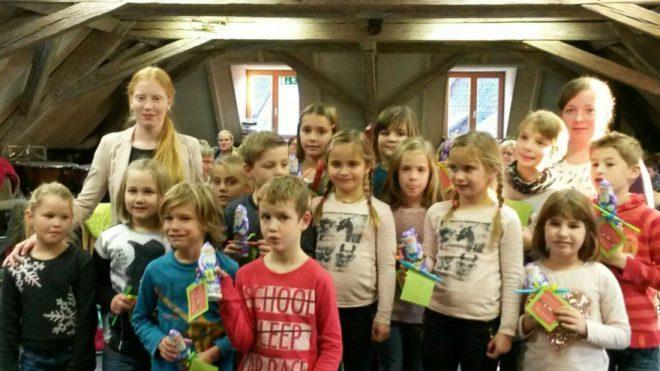 Flötenkinder der Stadtkapelle verzückten beim weihnachtlichen Vorspiel