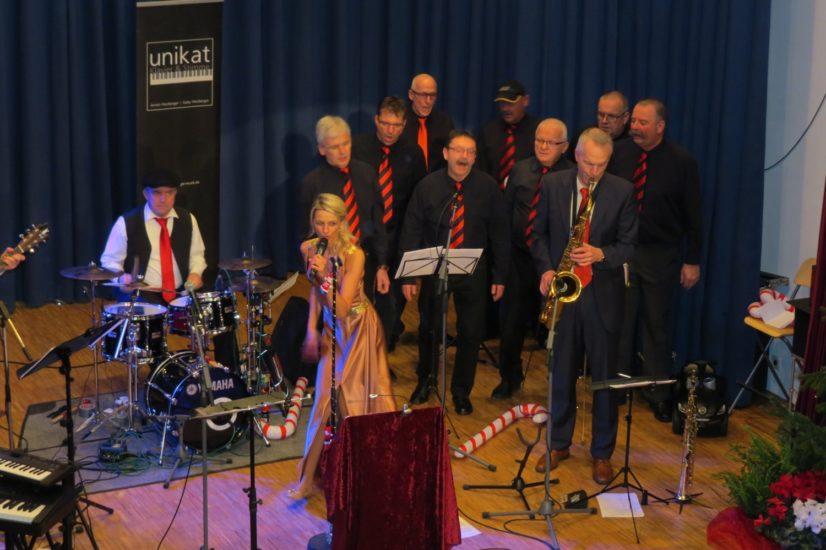 Der Männergesangverein »Liederkranz« aus Ohlsbach und Gaby Heuberger harmonierten gut miteinander. Durch ihre charmante Moderation konnte die Sängerin das Publikum überzeugen.