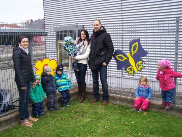 Zauntiere flattern entlang dem Kindergartenhof