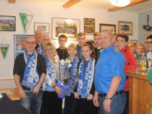 Clubheim-Pächterin Dagmar Schwarz und Familie mit Fan-Schals ausgestattet