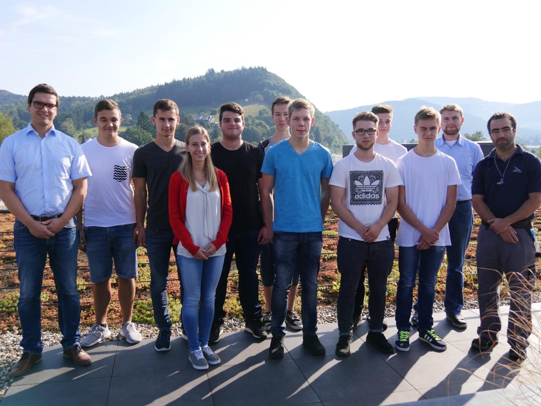 Bereit für ihre Ausbildung bei Hydro: Der Azubi-Jahrgang 2016 mit seinen Ausbildern Daniel  Geiger (links außen) und Christian San Millan (rechts außen).