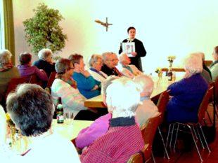 Michaela Neuberger unterhielt beim Seniorennachmittag mit interessanten Geschichten von früher.