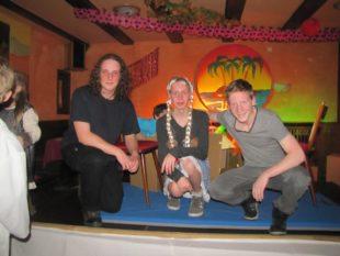»Kniezittern« beim ersten öffentlichen Auftritt als Inselboss