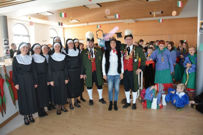Trotz Unterstützung von Don Camillo alias Pfarrer Gerner: Donna Paletta von den Narren entmachtet