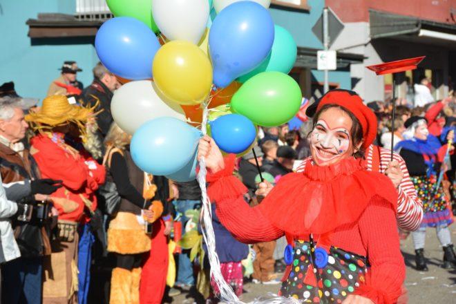 »Jahrmarkt, Zirkus, bunt und grell, Zeller Fasends-Karussell«