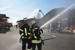 Zündelnde Kinder setzten Sägewerk in Brand
