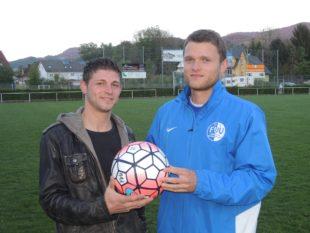 Philipp Leisinger spendet den Spielball