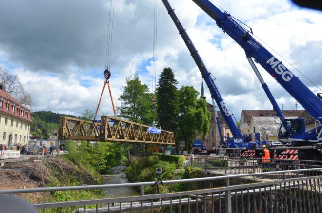 In gemeinsamer Aktion Brückenbau über den Harmersbach erfolgreich abgeschlossen