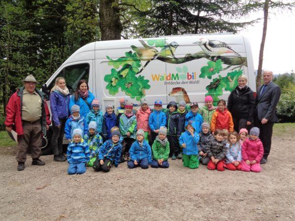 Kinder werden Wald-Forscher