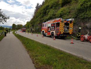 Feuerwehr rettet Person aus  qualmender Felsenhöhle