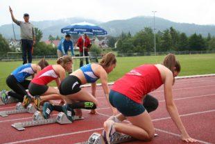 Nachwuchs-Leichtathleten gehen im Sportpark Zell auf Titeljagd