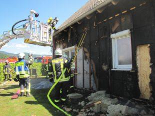 Holzverschalung ist in Brand geraten