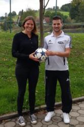 Katharina Jilg spendet den Ball für das Spiel des SVO gegen den TuS Oppenau