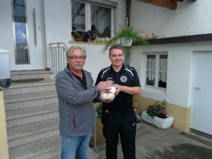 Karl Heinz Lohrer spendet den Spielball