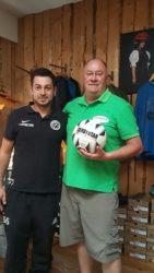 Walter Beck spendet den Spielball für den ZFV