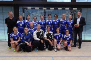 Bürgermeister Pfundstein spendet Spielball der Handball-Damen