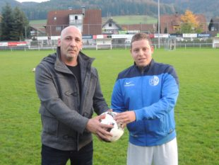 David Parisi spendet den Spielball