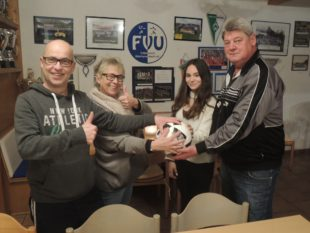 Clubheimwirtin Dagmar Schwarz spendet Spielball zum Heimspiel