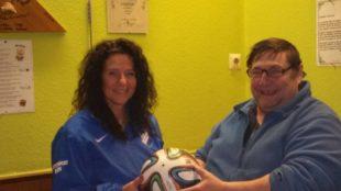 »Jumbo« Erich Jung spendet den Spielball zum Lokalderby ASV – ZFV