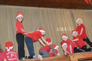 Bei der Nikolausfeier tanzten Schneeflocken in der Turnhalle