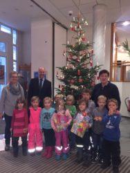 Kindergartenkinder  schmücken den Christbaum  in der Volksbank Zell