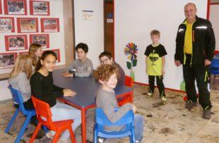 Neue Möbel schaffen einladende Lernräume in der Grundschul-Aula