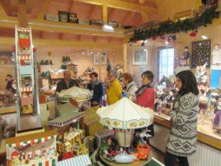 Gastgeber und Touristiker besuchen Spielzeug- und Puppenmuseum
