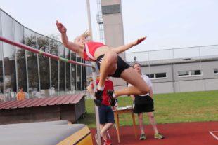 Cora-Maria Burger überspringt 1,52 Meter beim Frühjahrssportfest