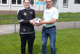 Firma Roland Bilharz spendet WM-Spielball