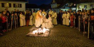 Gläubige versammelten sich um das Osterfeuer