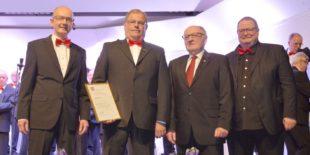 Goldene Ehrennadel des Chorverbandes für Tenor Albert Nitsche