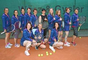 Neue Trainingsjacken für die Racket-Girls des TC Zell