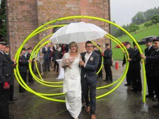 Feuerwehr gratuliert Jasmin und Simon Lehmann zur Hochzeit