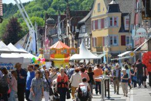 Maifest mit großem Floh- und Trödelmarkt und verkaufsoffenen Fachgeschäften