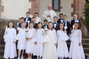 Sechzehn Kinder empfingen zum ersten Mal die Heilige Kommunion
