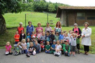 Neusatzer Kindergarten zu Gast auf dem Finkenzellerhof