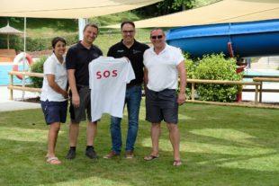 Shirts mit SOS-Aufdruck für die Schwimmmeister
