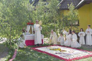 Fronleichnam in Nordrach mit verkürzter Prozession und schönen Blumenteppichen