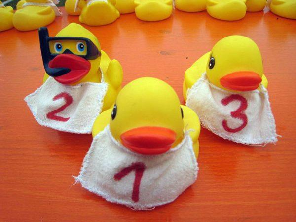 Losverkauf für das 11. Entenrennen des VdK