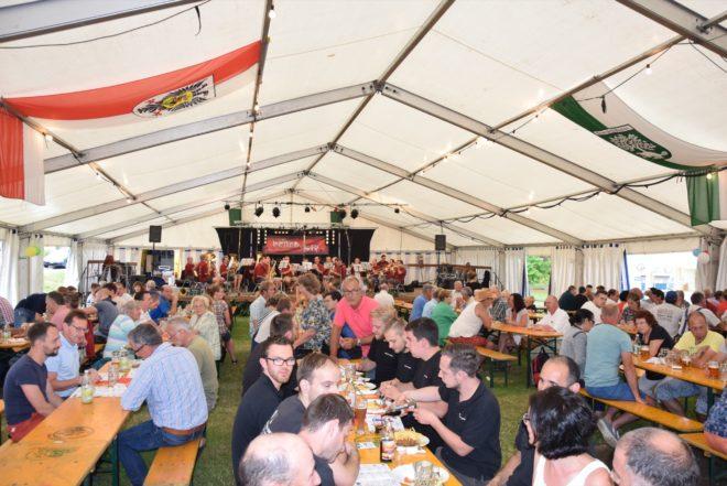 Blasmusik feiert Dorffest im Park