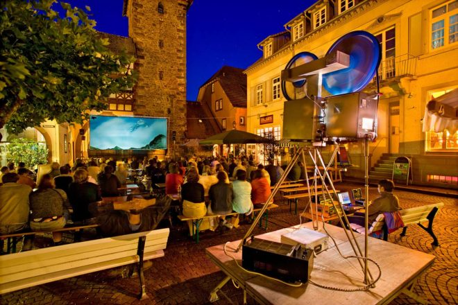 Biergarten-Kino: Spaß und Spannung auf dem Kanzleiplatz