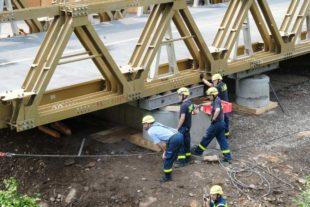 THW stellt Behelfsbrücke planmäßig fertig