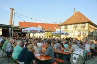 Ein stimmungsvoller Tavernen-Sommer-Abend wie aus dem Bilderbuch