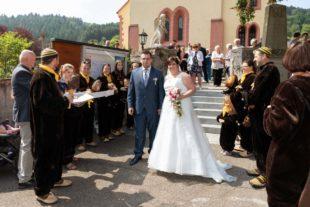 Große Gratulantenschar in Uniform für Sebastian und Christina Leppert