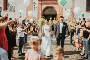 Mit weißen Luftballons ins Eheglück