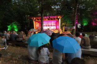 Nohocker-Party unter Schirmen