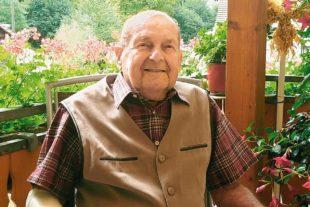 Nachbarn stellten Maibaum für Ernst Hoferer zum 90. Geburtstag